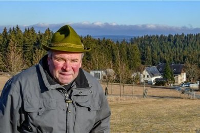 """Gunter Krauß nennen sie den """"Bürgermeister"""" von Halbemeile. Wenn er aus seinem Haus ein Stück die Wiese hinauf geht, dann steht er auf böhmischer Flur. Auch der Wald hinter der kleinen Siedlung gehört zu Tschechien."""