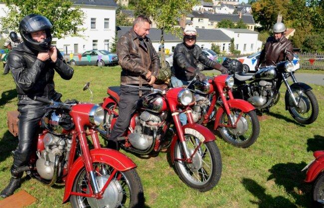 Fertig machen für die Abreise: Unter den Teilnehmern des Herbsttreffens der Jawa-Freunde Vogtland sind regelmäßig Motorradfahrer aus Tschechien (Foto). Auch in diesem Jahr hat sich eine Gruppe Oldtimerfreunde aus dem Nachbarland angekündigt.