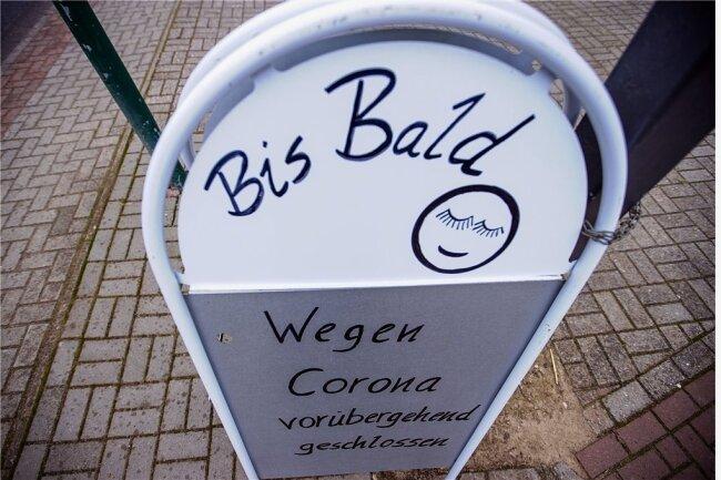 Ein Restaurant in Rüting (Mecklenburg-Vorpommern) verabschiedet sichwegen des Teil-Lockdowns von seinen Gästen.