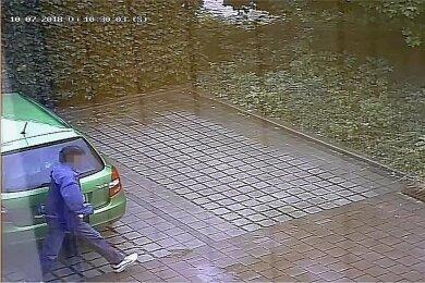 Das Polizeivideo: Der Täter hat gerade die Reifen dieses Autos zerstochen.