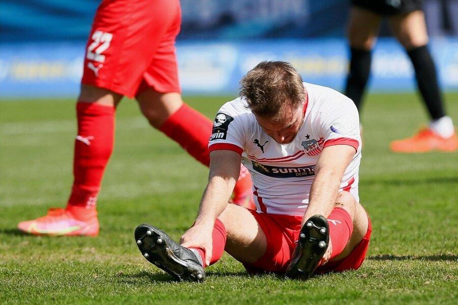 Zwickaus Mittelfeldrenner Mike Könnecke sitzt nach seiner vergebenen Großchance enttäuscht auf dem Rasen.