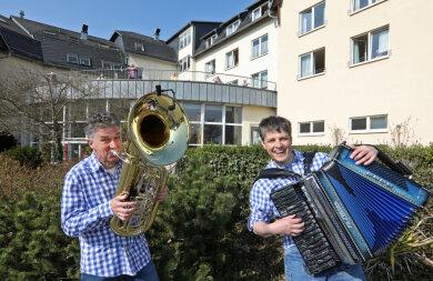 Die Hutzenbossen spielten ein Freiluft-Konzert vor dem Seniorenstift in Lichtenstein.