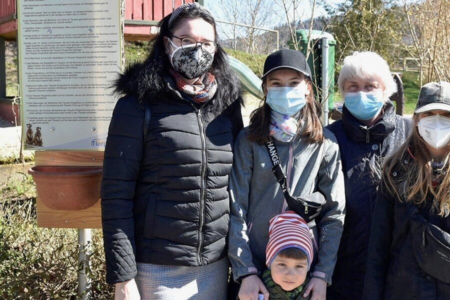 Zu den ersten Besuchern gehörten (von links) Ulrike Helm aus Adorf mit ihren Kindern Charlotte und Jonas, Oma Ursula Helm und Charlottes Freundin Lara Schauer.
