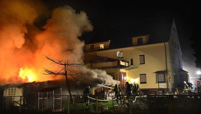 Die Feuerwehr bei der Löschung des Brandes auf der Gellertstraße in Hainichen.