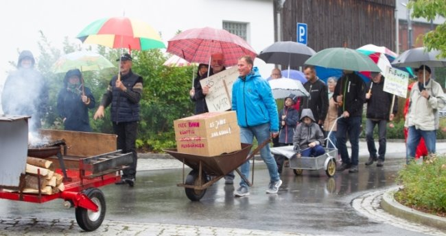 Ideenreicher Protest. Mit Handwagen, Schubkarren und Plakaten ausgerüstet erneuerten die Kauschwitzer am Samstagnachmittag ihre Forderungen nach einem Fußweg an der Zwoschwitzer Straße.