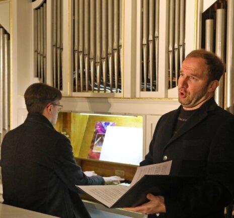 Bariton Tobias Brandt wird in der Wernsdorfer Kirche von Michael Schütze an der Orgel begleitet. Das Konzert kann seit Donnerstagabend im Internet angesehen werden.