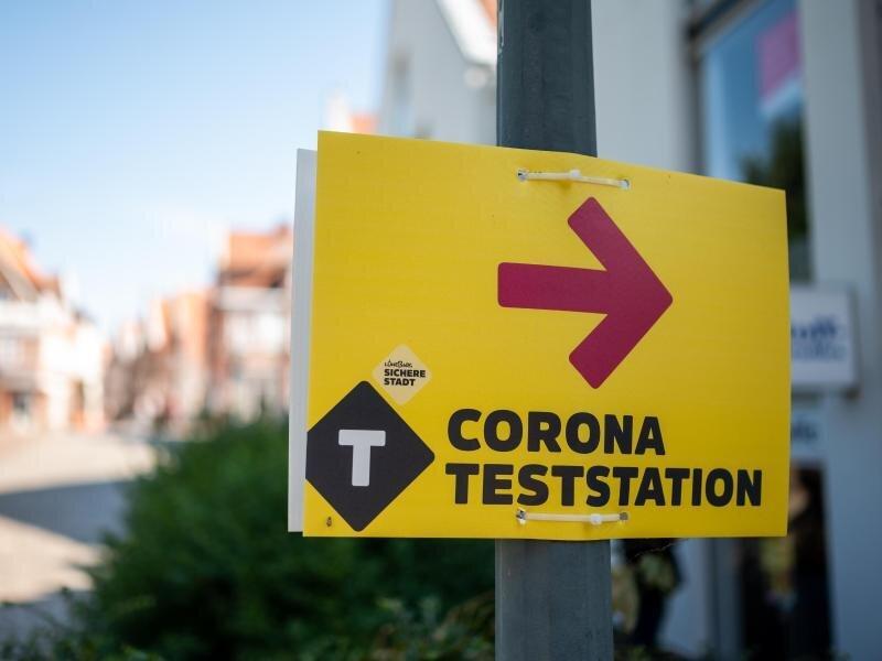 Ein Schild weist den Weg zu einem Testzentrum in der Lüneburger Innenstadt.