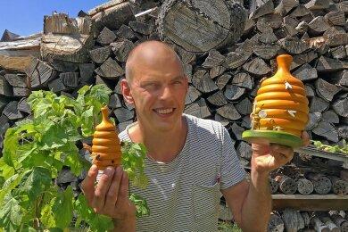 Ralf Zenker mit seinem Bienenkorb in zwei Größen.