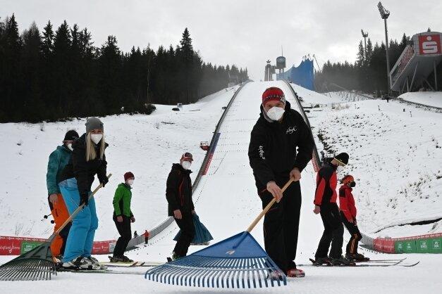 Lars Seifert (vorn) aus Carlsfeld gehört dem VSC Klingenthal an und hat mitgeholfen, die Schanze für die Weltcups herzurichten.