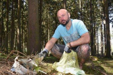 Nico Roth aus Adorf zeigt eine Glasflasche, die er im Wald beim Müllsammeln gefunden hat. Plastikmüll und anderer Unrat, welchen die Leute in der Natur hinterlassen, findet er unterwegs immer wieder.