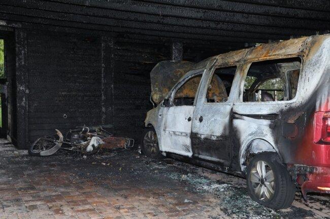 Ein VW und ein Moped standen in Flammen.