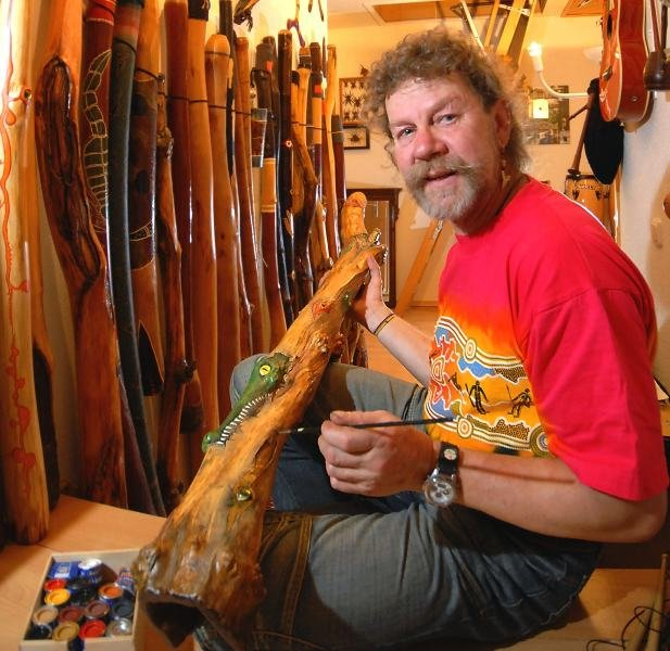 Berndt-Michael Rassenberg aus Schönbrunn beschäftigt sich in seiner Freizeit mit dem Bau und dem Spielen von Didgeridoos.