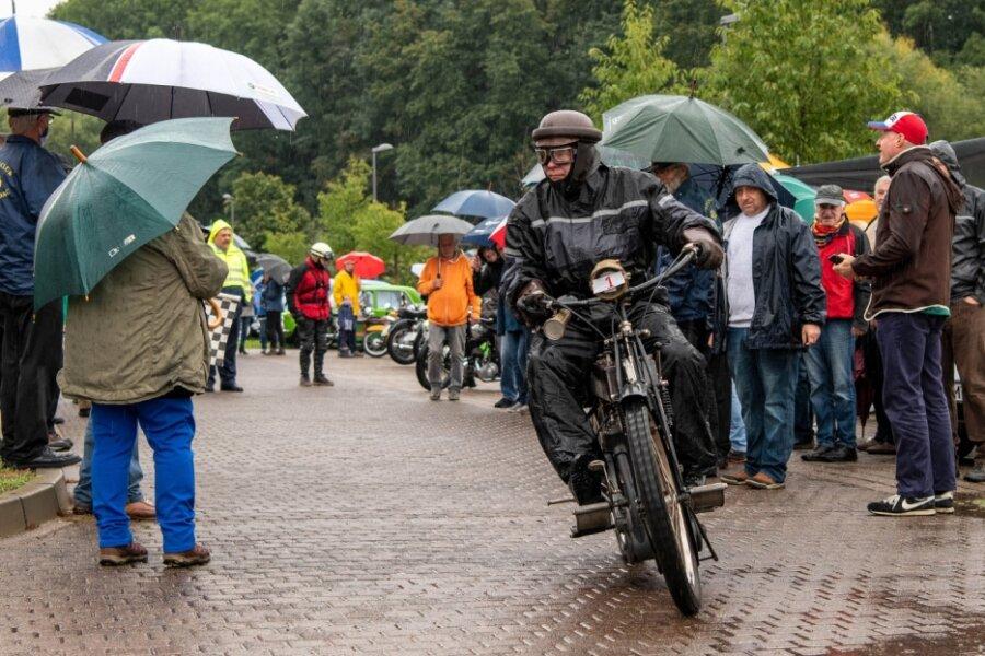 Oldtimer-Fans trotzen Regen