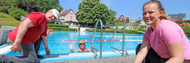 Während Praktikantin Sabrina Laue (r.) die letzten Krümel aufkehrt und Fördervereinschef Herbert Grahl die Wassertemperatur prüft, zieht Besucherin Burgunde Schneider bereits ihre Bahnen im Romanusbad Siebenlehn.