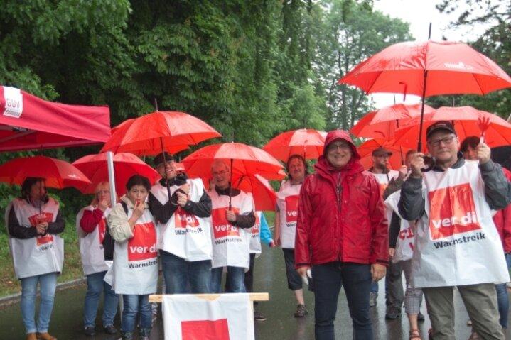 Streikposten am Sonntag an der Augustusburg. Gegen 15 Uhr haben die letzten Streikposten die hintere Zufahrt verlassen.