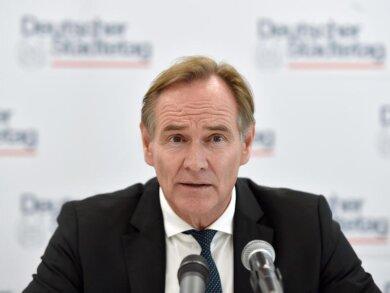 Burkhard Jung, Oberbürgermeister der Stadt Leipzig, spricht auf einer Presekonferenz.