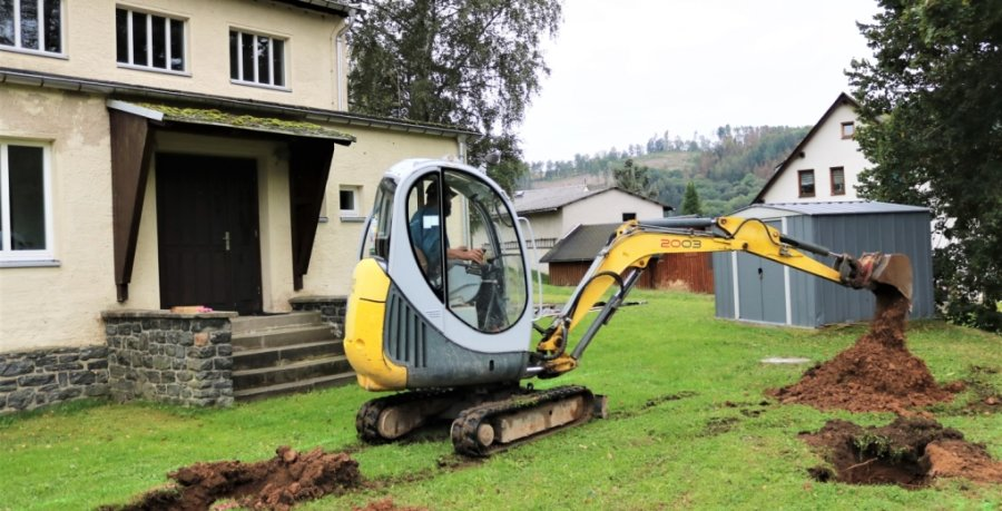 Die Bauarbeiten zum Spielplatzneubau in Hennersdorf haben mit dem Ausheben der Fundamente begonnen. Rene Düringer machte mit dem Mini-Bagger den Anfang.