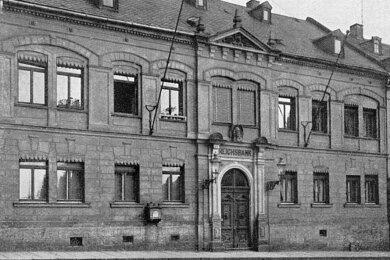 Hier befand sich von 1861 bis 1886 die Trützschlersche Stiftungsschule. Bis 1903 diente das Gebäude an der Hauptstraße 20 laut Andreas Rößler als Rathaus und danach bis in die 30er-Jahre als Reichsbank. Das Foto stammt aus dieser Zeit. Heute ist die Volksbank dort untergebracht.