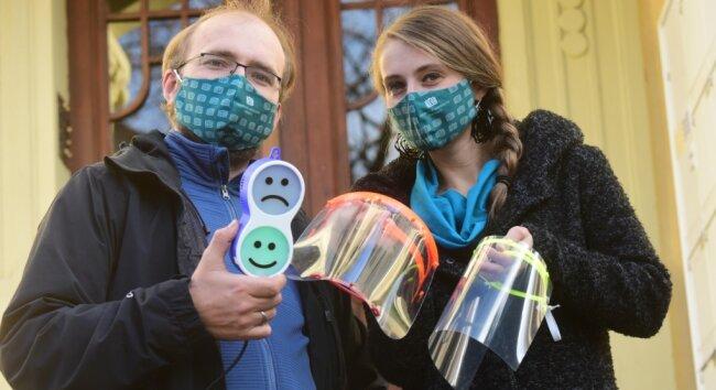 Michael und Coretta Storz haben gemeinsam mit der hiesigen Maker-Szene Gesichtsschilde hergestellt und so versucht, die Ausbreitung des Coronavirus einzudämmen. Neuerdings fertigen sie auch einfache CO2-Ampeln, die in Klassenzimmern auf das Lüften aufmerksam machen sollen.