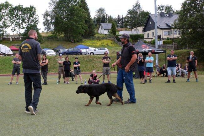 Das Interesse am Workshop mit Hundetrainer Oliver Neubrand (vorn rechts) in Johanngeorgenstadt war groß. Martin Hänsel (links) war mit seiner Wilma extra aus der Nähe von Bautzen angereist.