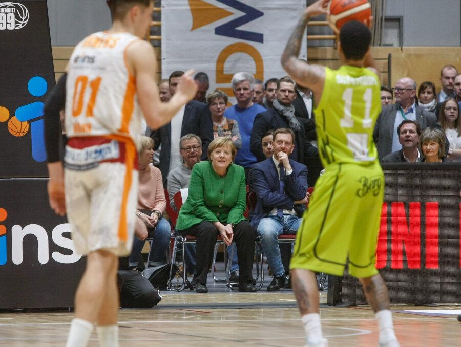 Angela Merkel gemeinsam mit Ministerpräsident Michael Kretschmer beim Spiel der Niners in der Hartmannhalle.