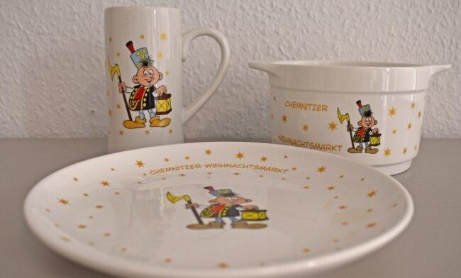 """""""Chemnitzer Weihnachtsmarkt"""" steht neben der Califax-Figur auf der Tasse, dem Teller und der Schüssel."""