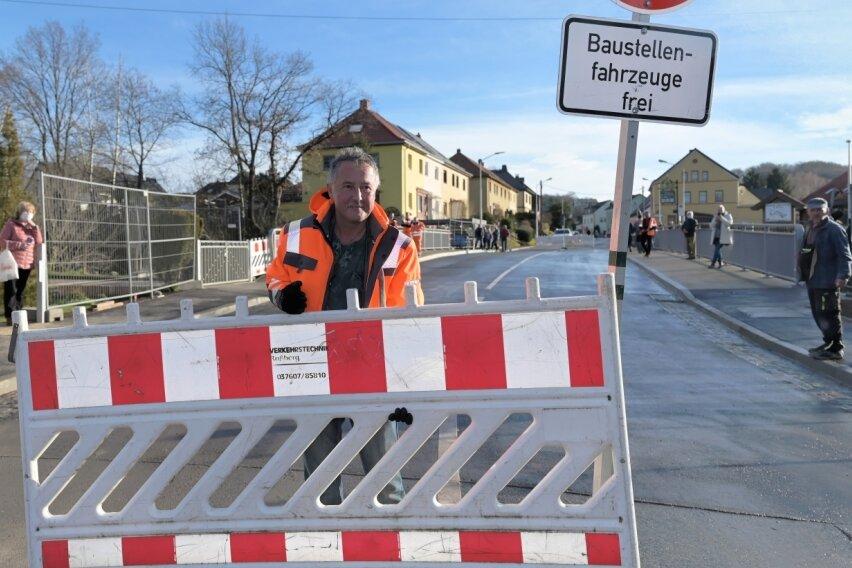 Steffen Weber von der Verkehrstechnik Roßberg hat die Absperrung weggeräumt.