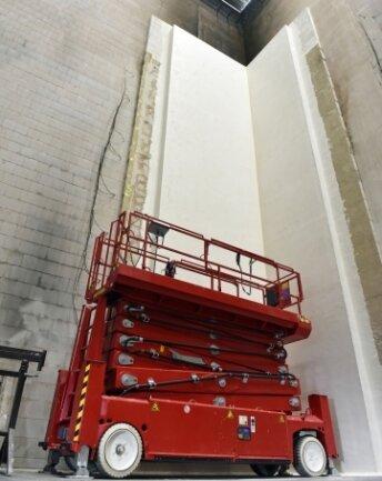 In der Versuchshalle wird eine 15 Meter hohe Hauswand nachgebildet.