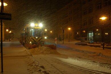 Über Nacht ist das gesamte Streckennetz der Plauener Straßenbahn eingeschneit. Doch dem betriebseigenen Winterdienst gelingt es, bis zum Montagmorgen die Gleise einsatzbereit zu machen.