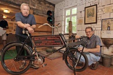 """Johannes Heyder (links) und Rolf Geißler präsentieren ein Lastenfahrrad der Firma Walter Kahlert, das ab Samstag in der Industrie- und Handwerksausstellung in der """"Parkschänke"""" zu sehen sein wird."""
