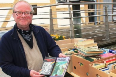 Stephan Unger aus Reichenbach entdeckte auf dem Flohmarkt viele Bücher, die ihn interessieren.