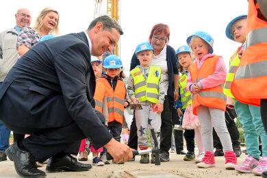 Mit drei Hammerschlägen besiegelte Bürgermeister Sven Köpp (FDP) in Neumark die Grundsteinlegung für die neue Kita.