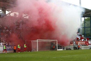Rauch im FSV-Fanlager. Auch bei den Chemnitzer Fans wurde Pyrotechnik eingesetzt.