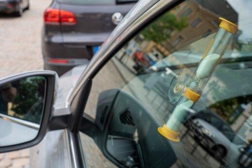 So könnte die Parksanduhr für 15 Minuten freies Parken an der Innenseite einer Auto-Seitenscheibe aussehen.