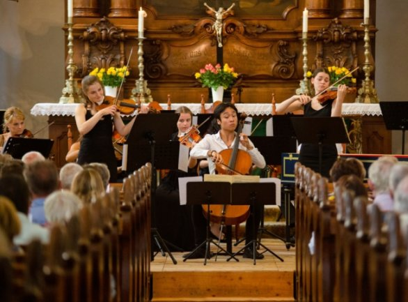 Spielten zum Abschluss des 3. Augustusburger Musiksommers in der Stadtkirche: Charlotte Thiele (Violine), Alexzander Lau (Violoncello) und Johanna Weidner (Violine, v. l.).