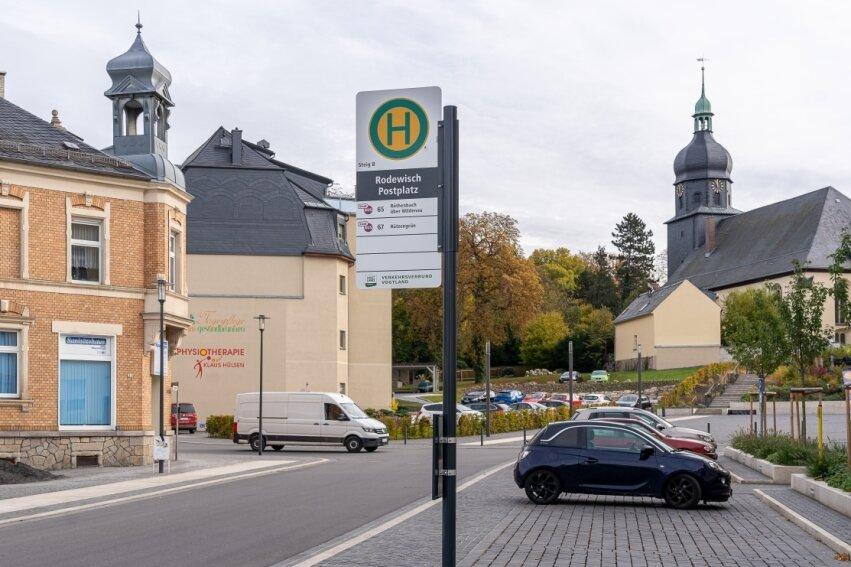 Bereits im vergangenen Jahr wurde die Haltestelle am Postplatz von Rodewisch fertiggestellt. Bereits damals erhielt die Bushaltestelle die neue Beschilderung.