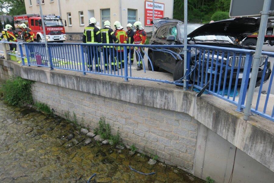 Auto kollidiert mit Brückengeländer