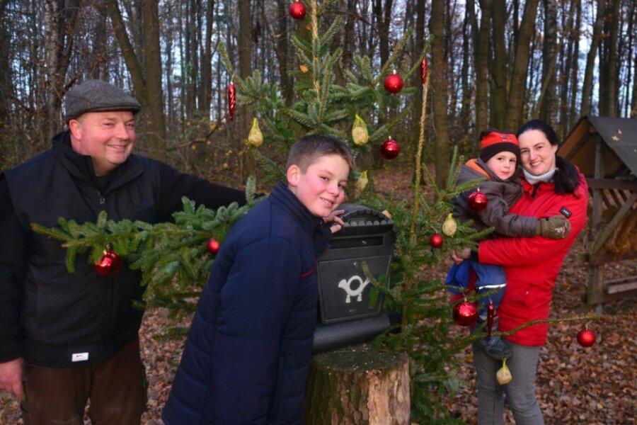Michael, Moritz, Albert und Astrid Fuhse (v. l.) am Weihnachtsbriefkasten im Wald in Ehrenberg.