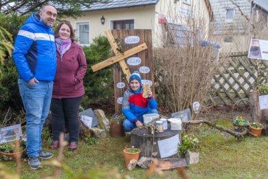 Der Osterweg in Königswalde kann noch bis 11. April entdeckt werden. Im Bild: Jonas, Nadine und Karsten Döring.