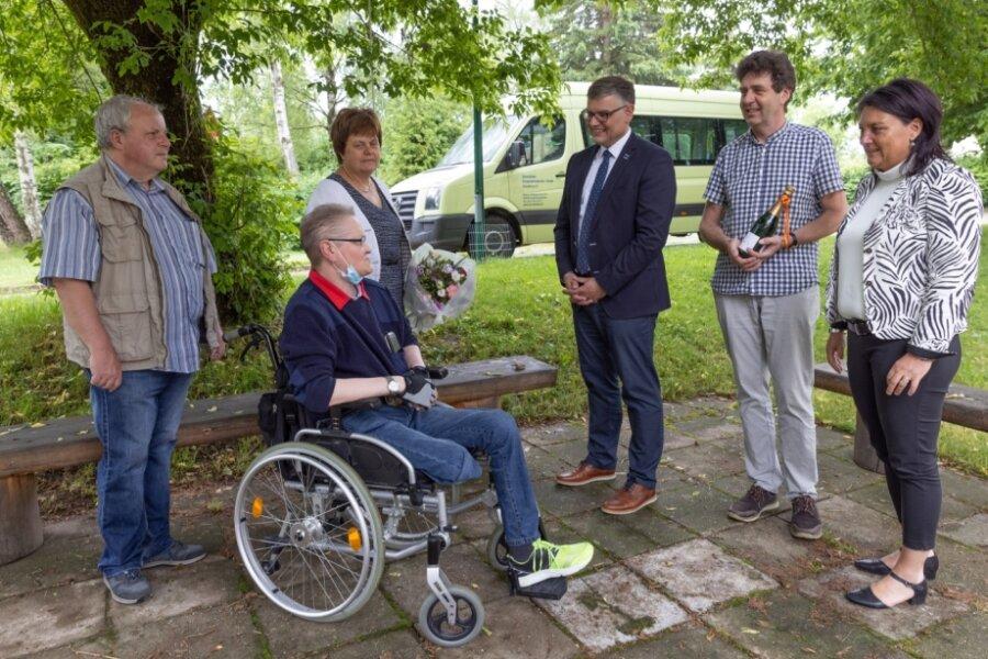 Körperbehinderten-Verein erhält Spende für Fahrzeug