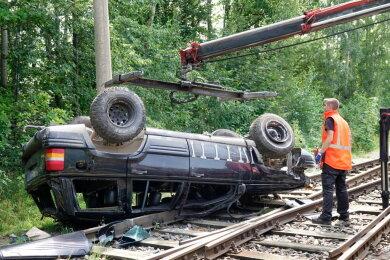 Der Jeep überschlug sich und landete in einem Gleisbett.