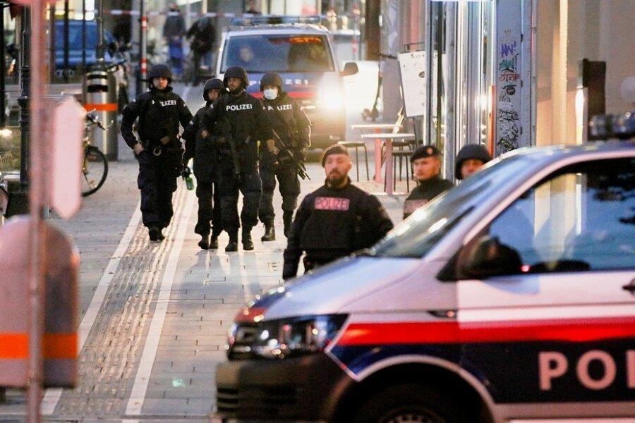 Polizisten patrouillieren am frühen Dienstagmorgen auf einer abgesperrten Straße nach einem Schusswechsel im Stadtzentrum Wiens. Die Terrorattacke geht nach den Worten von Österreichs Innenminister Karl Nehammer auf das Konto mindestens einesislamistischen Terroristen.