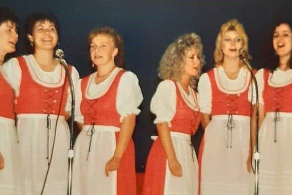 Carmen Krüger ist Mitglied der Heimatgruppe Ehrenfriedersdorf. Zahlreiche Gastspiele führten die Erzgebirger in viele Regionen, so auch in die USA. Der Schnappschuss zeigt das Ensemble 1992 in Amerika, Carmen Krüger ist die Dritte von links.
