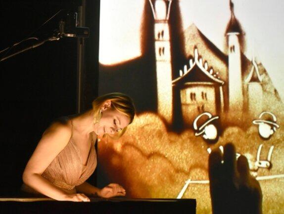 """Mit ihrer Sandkunst-Performance """"In 80 Bildern um die Welt"""" begeisterte Irina Titova am Samstag das Publikum im König-Albert-Theater Bad Elster."""