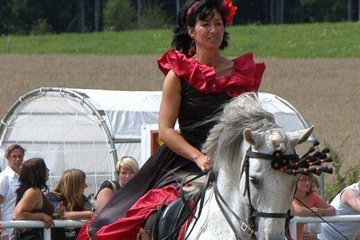Die Reit- und Springturniere in Wiesa standen stets für eine Mischung aus Sport und Show - wie hier in einem früheren Jahr mit spanischen Impressionen, dargeboten von Janet Richter aus Schneeberg auf ihrem Araber. Diesmal fällt das Schauprogramm Corona zum Opfer.