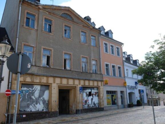 Für Passanten und Anwohner gleichermaßen ein Ärgernis: das letzte unsanierte Haus am Marktplatz.