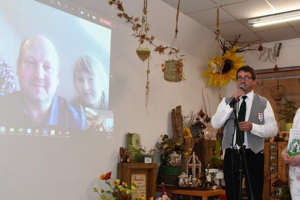 Mirko Raatz von der Bergkapelle Thum und Kathleen Lippmann, Inhaberin des Blütenzaubers, überbrachten der tschechischen Familie Doskočil die freudige Spendennachricht per Videoschaltung.