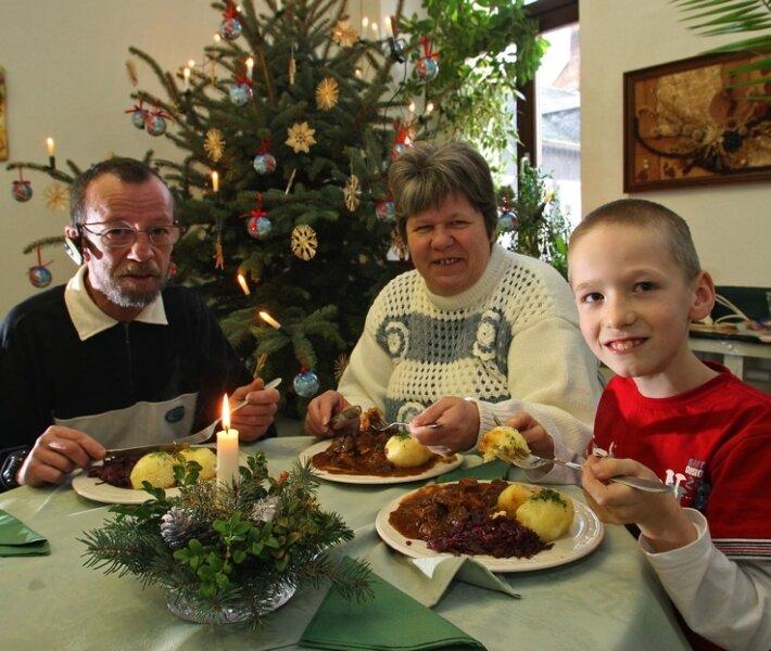 """<p class=""""artikelinhalt"""">Eva-Maria und Helmut Otto haben es sich mit Sohn Kevin an den Weihnachtstagen in der Löffelstube schmecken lassen. </p>"""