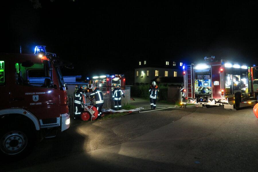Die Feuerwehr rückte am Donnerstagabend zum ehemaligen Kinderheim in Lauter-Bernsbach aus.