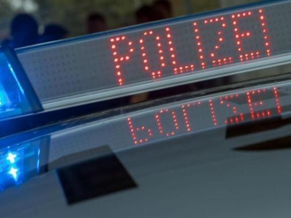 Bei seiner Flucht vor der Polizei ist ein 24 Jahre alter Moped-Fahrer am Dienstagnachmittag mit einem Streifenwagen zusammengestoßen und dabei leicht verletzt worden.